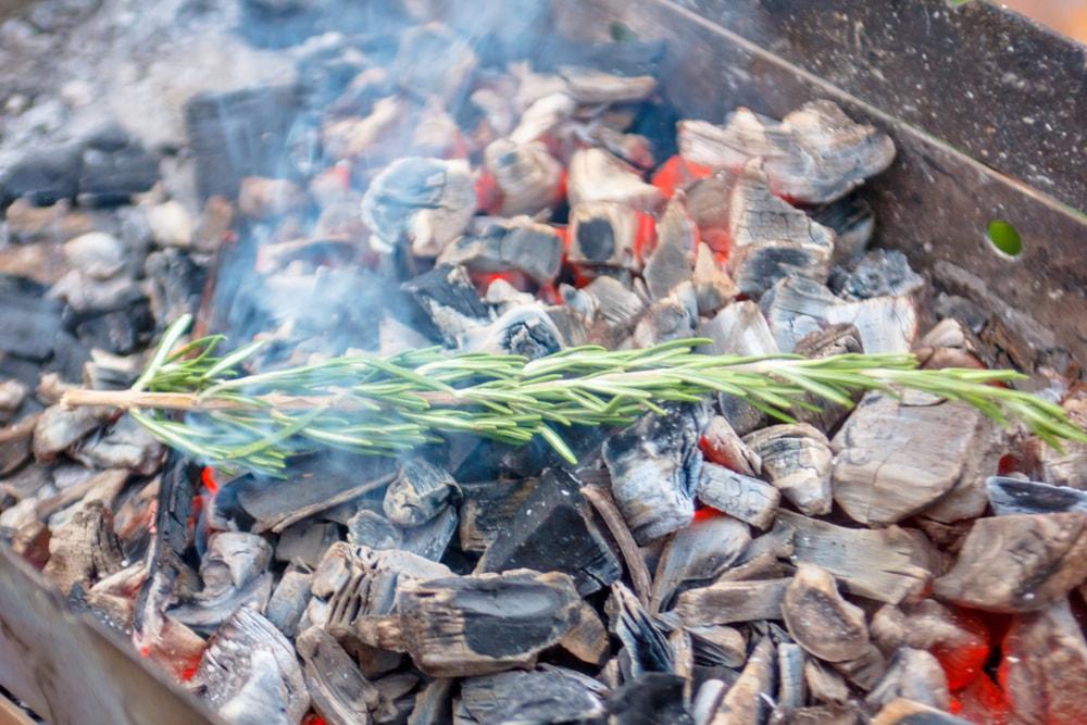como encender una barbacoa con carbon vegetal y brasas aromatizadas