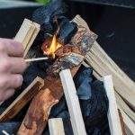 como encender una barbacoa de carbon vegetal-