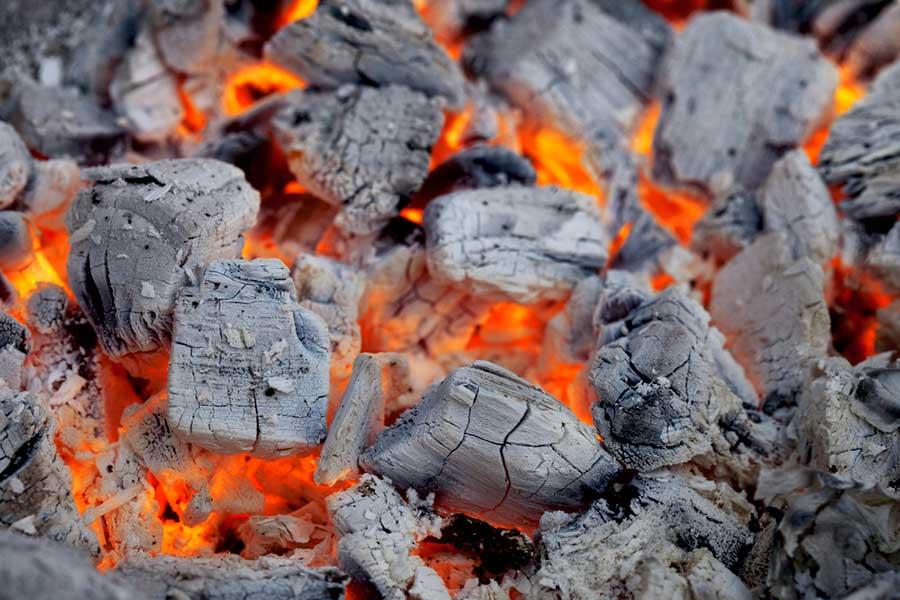 encender-una-barbacoa-de-carbon-con-piñas