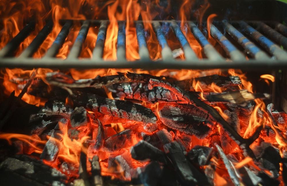encender una barbacoa de carbon vegetal