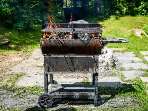 Cómo limpiar una barbacoa de hierro fundido