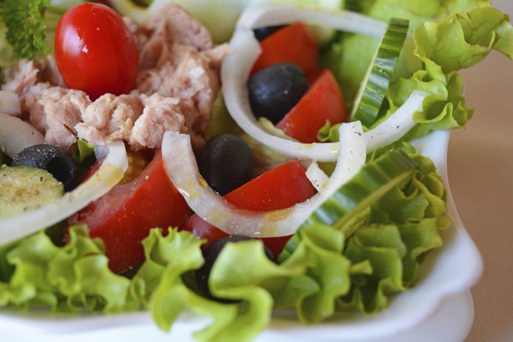 Ensalada de pepino, tomate y cebolla